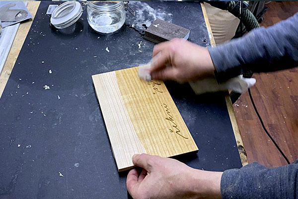 Výroba prkénka s nápisem